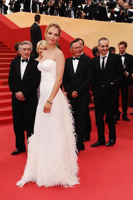 Uma Thurman elegeu um Versace com fenda profunda e aplicações de penas na saia